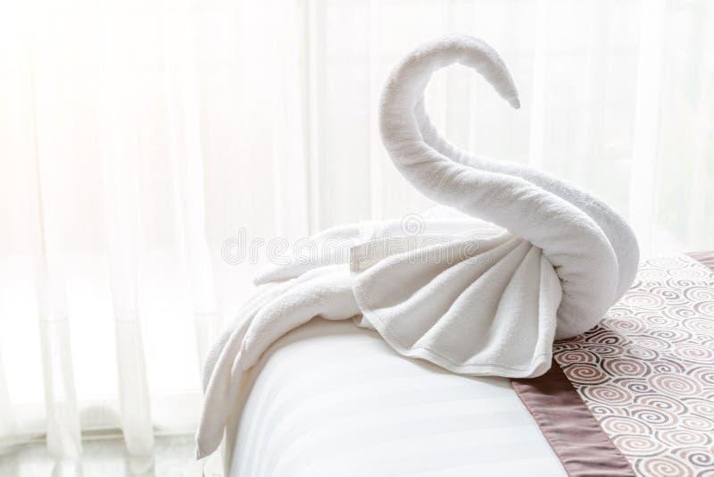 De mooie zwaan van witte badhanddoek verfraait op bedhoek, nic royalty-vrije stock fotografie