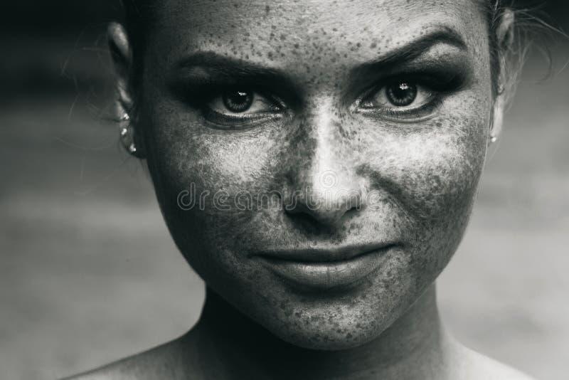 De mooie zwart-witte sproeten van het meisjesportret royalty-vrije stock foto