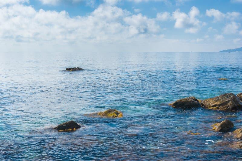 De mooie Zwarte Zee dichtbij Yalta-stad stock fotografie