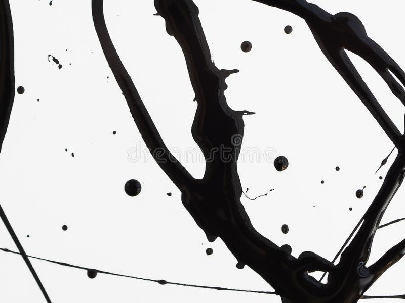De morserij laat vallen zwarte die verf op witte achtergrond wordt ge?soleerd Stromende stookolieplonsen, dalingen en sleep royalty-vrije illustratie