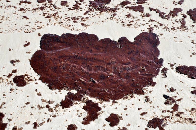 De Morserij van de olie op Strand stock afbeeldingen