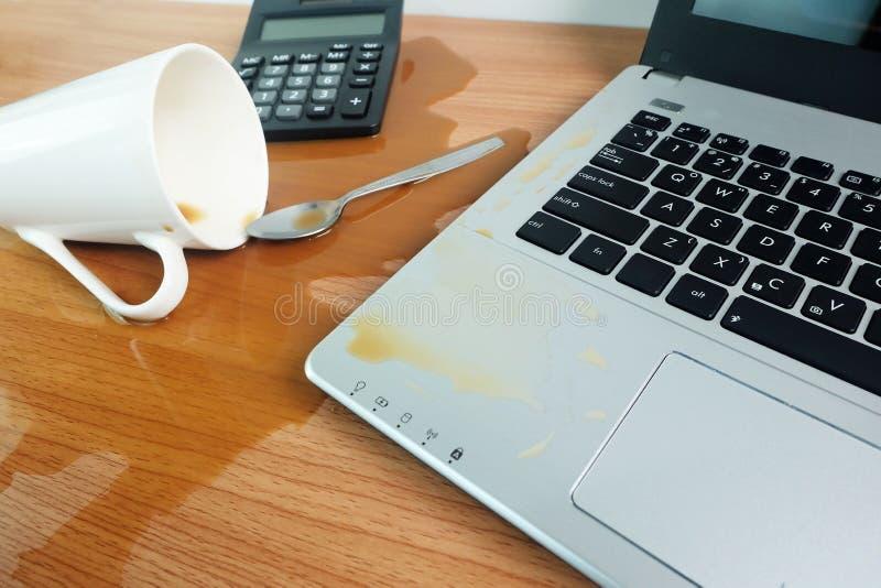 De morserij van de koffiekop uit op Toetsenbordlaptop computer en smartphone op houten vloer royalty-vrije stock afbeeldingen