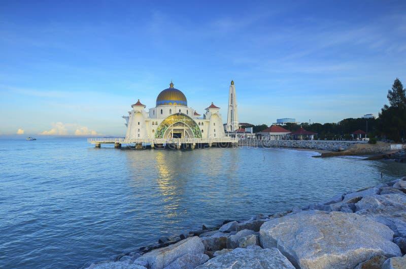 De Moskee van Detroit van Malacca (Masjid Selat Melaka), het is een moskee op het kunstmatige Eiland van Malacca dichtbij de Stad stock fotografie