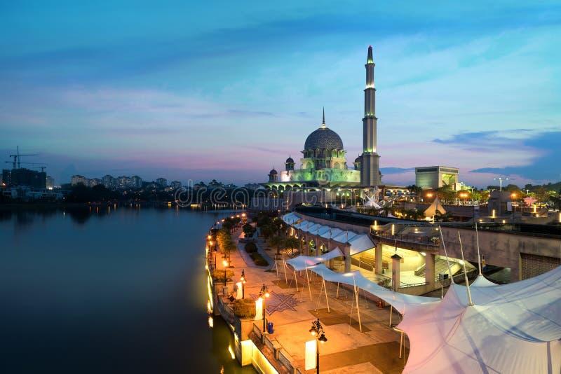 De Moskee van Maleisië Putramoskee tijdens zonsondergang in Putrajaya-stad het nieuwe Federale Grondgebied van Maleisië royalty-vrije stock foto's
