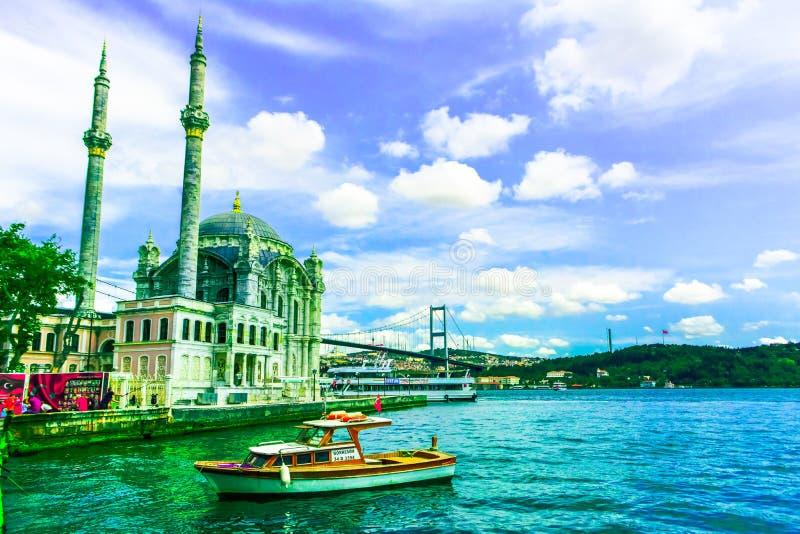 De moskee van Ortakoy en bosphorusbrug stock afbeeldingen