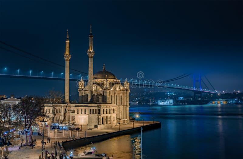 De Moskee van Ortakoy en de Brug Bosphorus stock foto