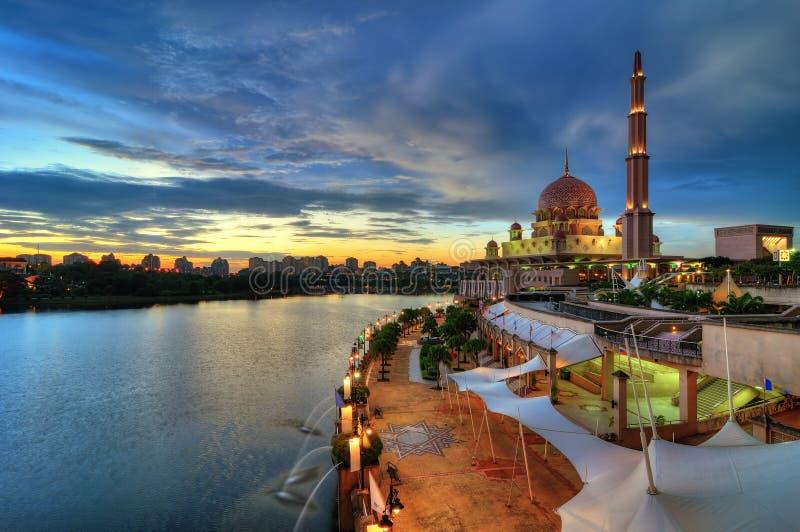 Moskee door de oever van het meer royalty-vrije stock fotografie
