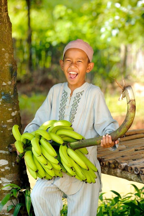 De moslim Bananen van de Holding van de Jongen royalty-vrije stock fotografie