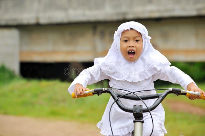 De moslim Berijdende Fiets van het Kind stock afbeelding