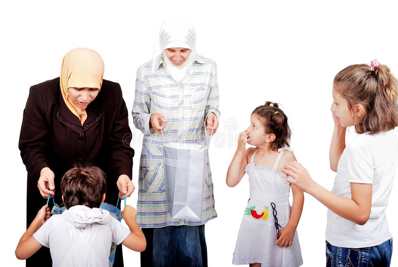 De moslim gekochte moeders stelt voor jonge geitjes voor stock foto