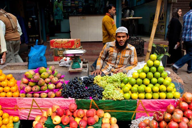 De moslim straathandelaar verkoopt vruchten openlucht royalty-vrije stock foto