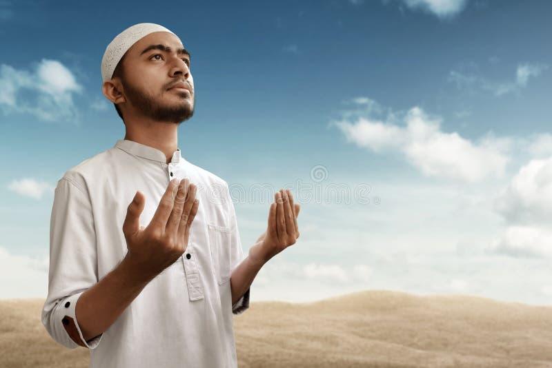 De moslimmens bidt op woestijn stock foto's