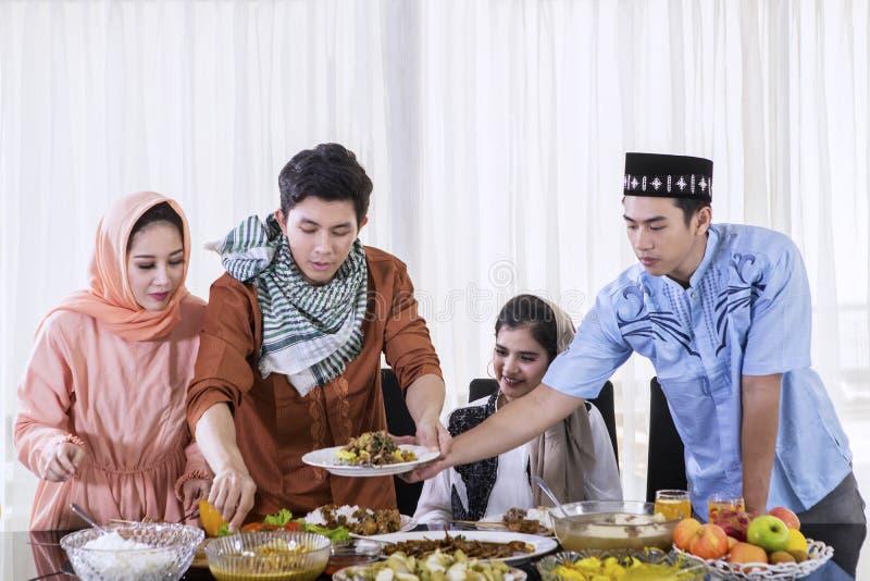 De moslimmensen eten tijdens onderbrekingen samen snel royalty-vrije stock foto