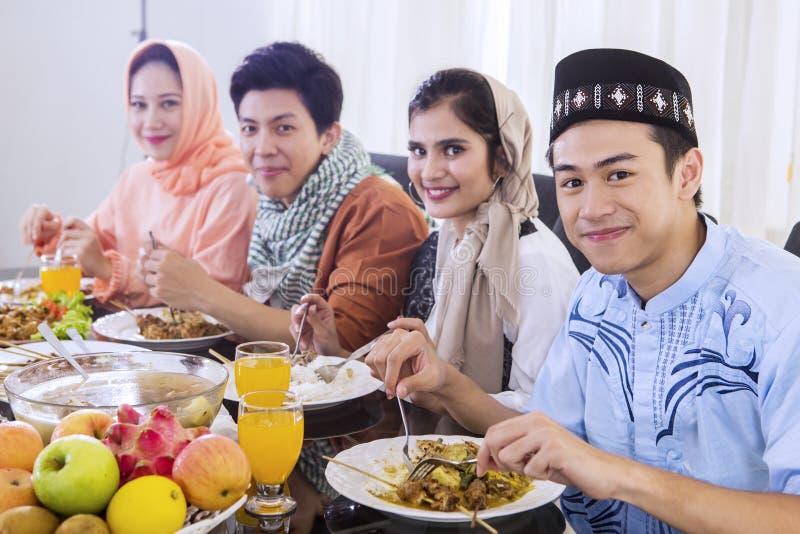 De moslimmensen eten tijdens onderbrekingen samen snel royalty-vrije stock afbeelding
