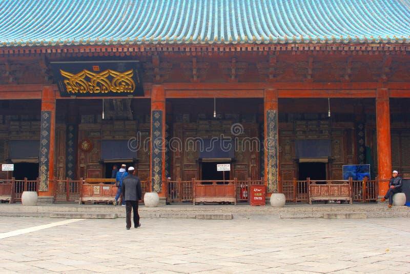 De moslimmensen gaan in de Grote Moskee, Xian, China bidden royalty-vrije stock afbeeldingen