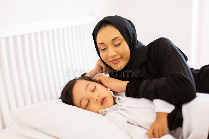 De moslimslaap van de moederzoon royalty-vrije stock foto's
