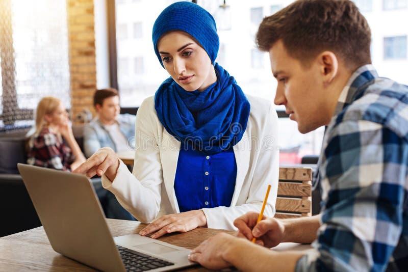 De moslimvrouw die van Nice met haar groupmates bestuderen royalty-vrije stock foto's