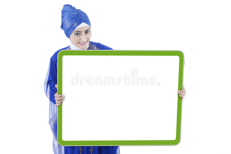 De moslimvrouw toont lege raad stock afbeelding