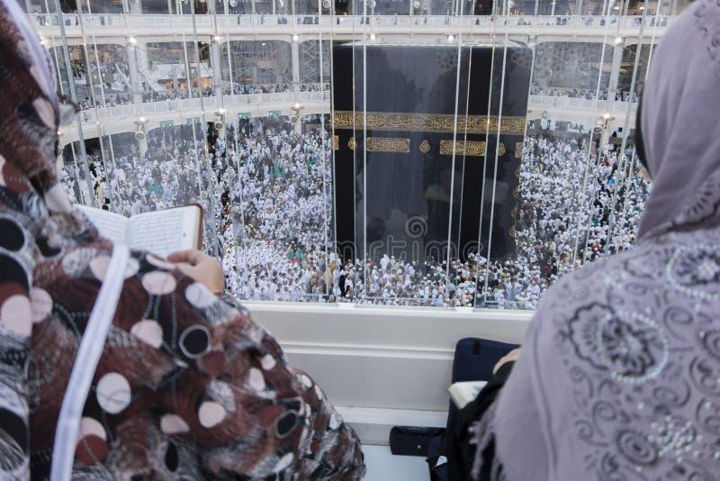 De moslimvrouwen letten op Kaabah in Makkah, Saudi-Arabië stock afbeeldingen
