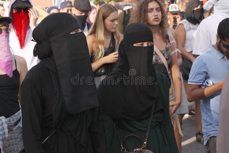 De moslimvrouwen protesteren bij demonstratie tegen de Deense wetgeving die het gebruik van traditionele kleren zoals burqa en ni stock afbeelding