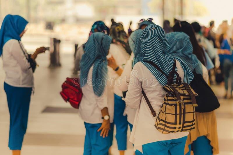 De moslimvrouwen wachten op vrienden samen te reizen stock afbeelding