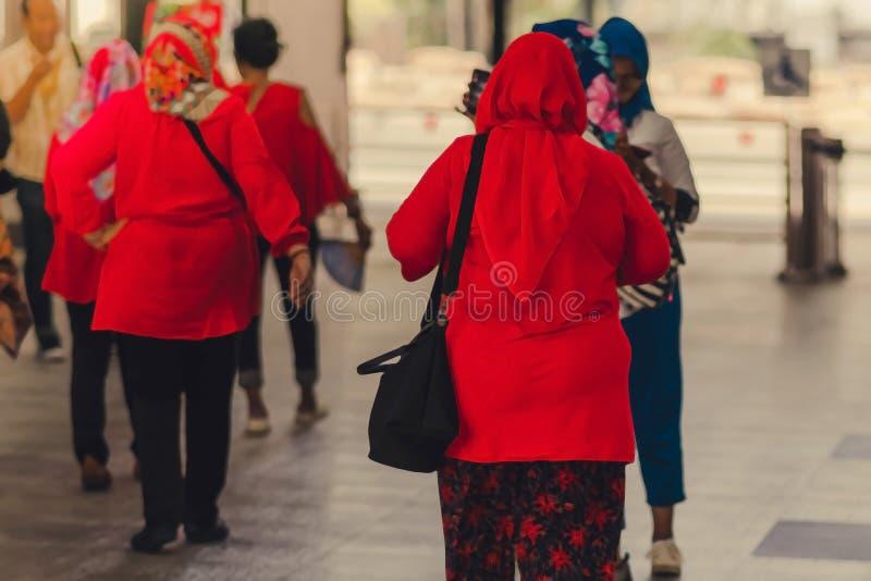 De moslimvrouwen wachten op vrienden samen te reizen stock fotografie