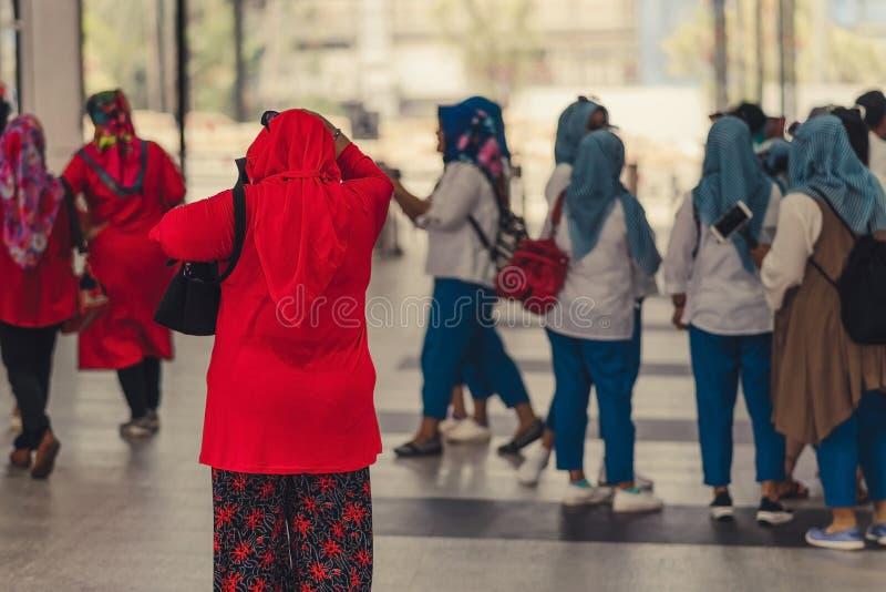 De moslimvrouwen wachten op vrienden samen te reizen royalty-vrije stock foto