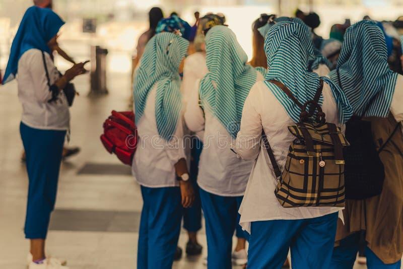 De moslimvrouwen wachten op vrienden samen te reizen royalty-vrije stock fotografie