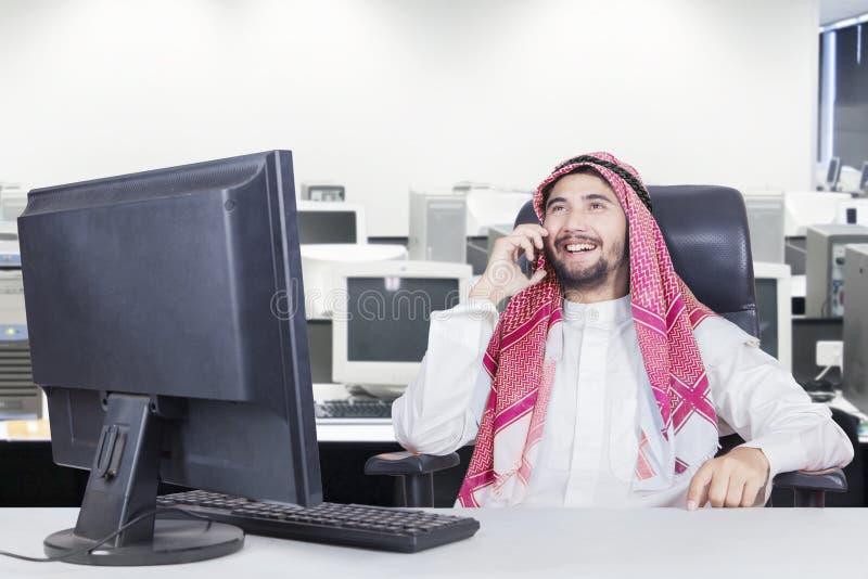 De moslimzakenman spreekt op smartphone royalty-vrije stock foto's