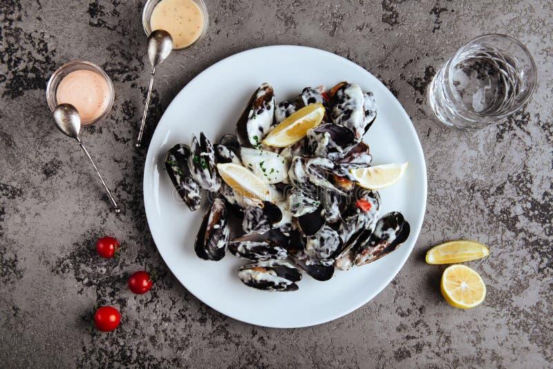 De mosselen kookten in een saus van witte die wijn, met toost en citroen wordt gediend royalty-vrije stock foto's