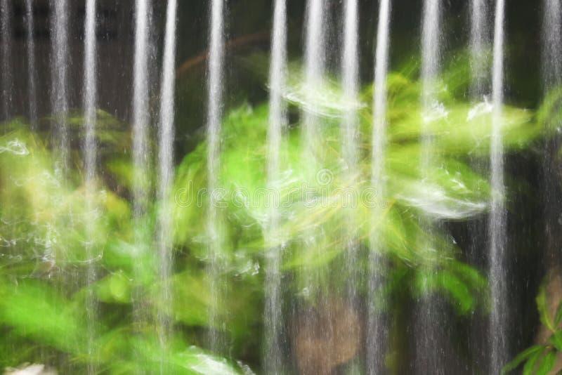De motie van de waterregen van dak bij nacht stock afbeeldingen