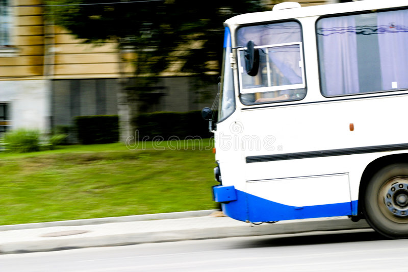 De motieonduidelijk beeld van de bus stock foto's