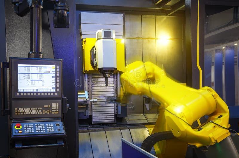 De motieonduidelijk beeld van het robotwapen in werktuigmachine metaalbewerkend proces voor de industrievervaardiging, CNC metaal royalty-vrije stock afbeelding