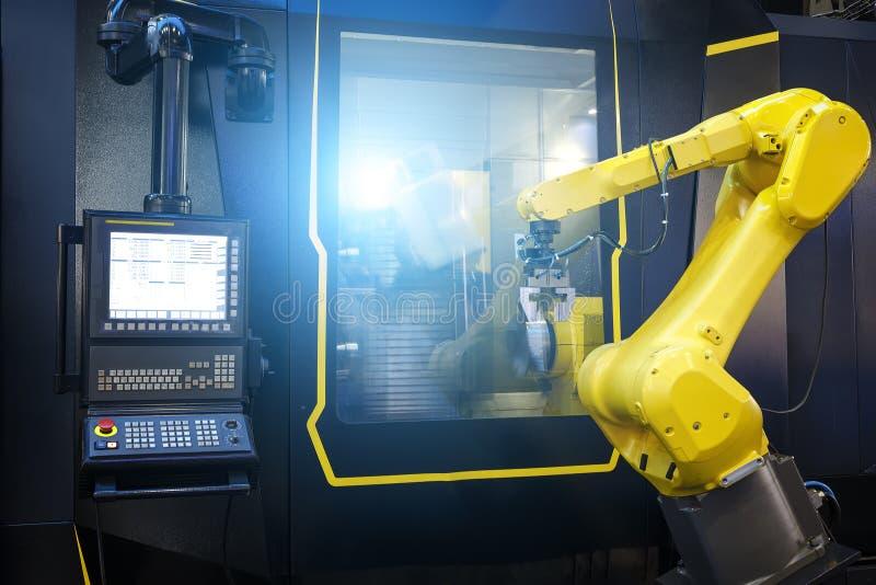 De motieonduidelijk beeld van het robotwapen in werktuigmachine metaalbewerkend proces voor de industrievervaardiging, CNC metaal stock afbeeldingen