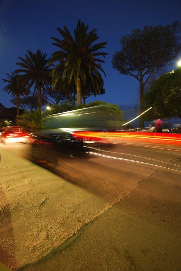 De motieonduidelijk beeld van het voertuig bij nacht stock afbeelding