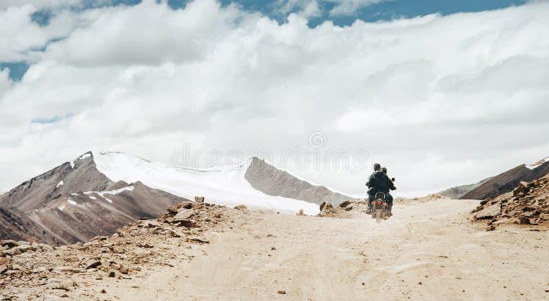 De Motobikereizigers berijden op de weg van de bergpas in Indisch Himalayagebergte royalty-vrije stock afbeelding