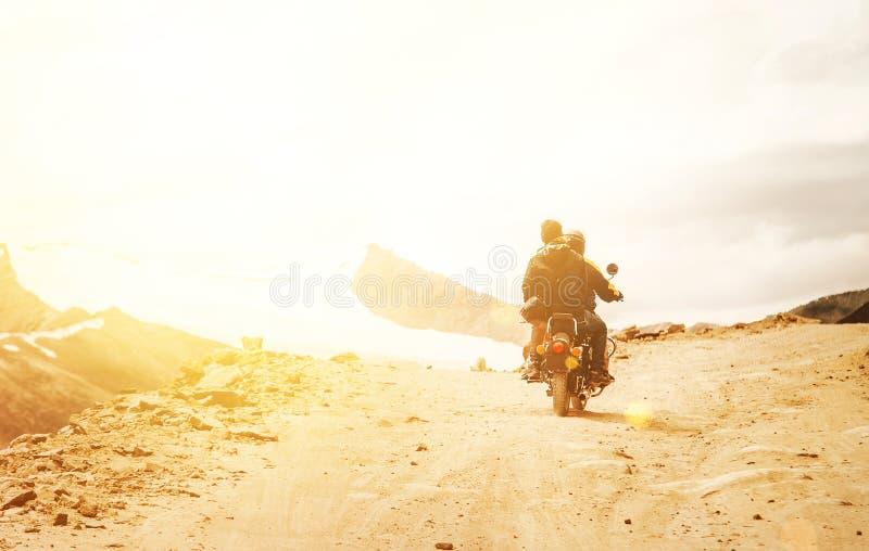 De Motobikereizigers berijden op de weg van de bergpas in Indisch Himalayagebergte stock foto