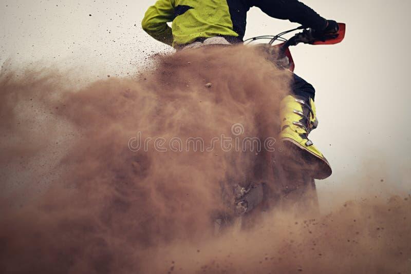 De motocrossruiter creeert stock afbeelding