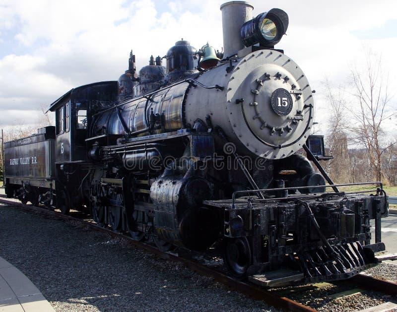De Motor van de stoom op de sporen stock afbeeldingen