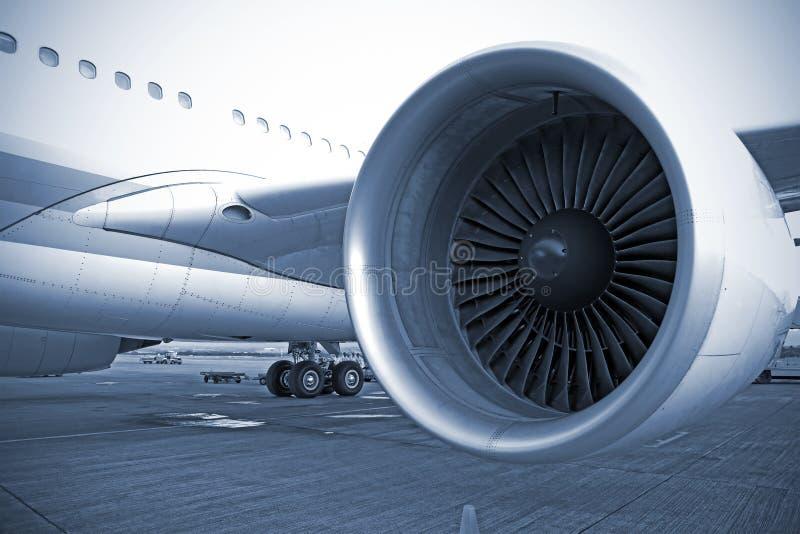 De motor van het vliegtuig in luchthaven stock foto's
