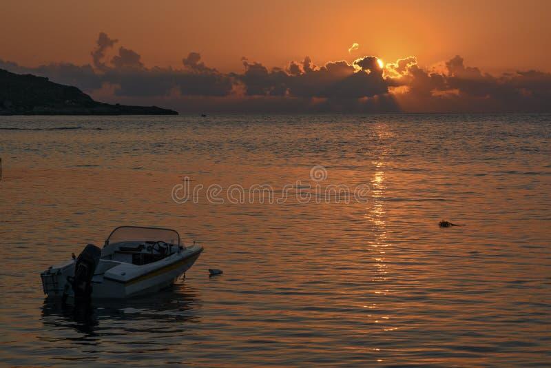 De motorboot bij zonsondergang royalty-vrije stock foto