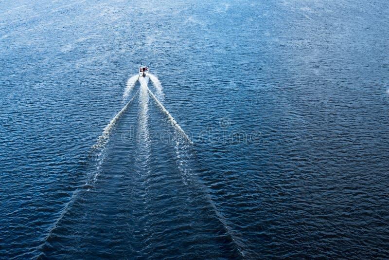 De motorboot die in de blauwe Dnieper-wateren drijven royalty-vrije stock fotografie