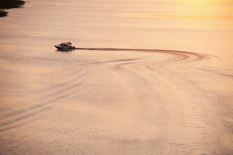 De motorboot drijft op een vlakke overzeese oppervlakte stock foto's
