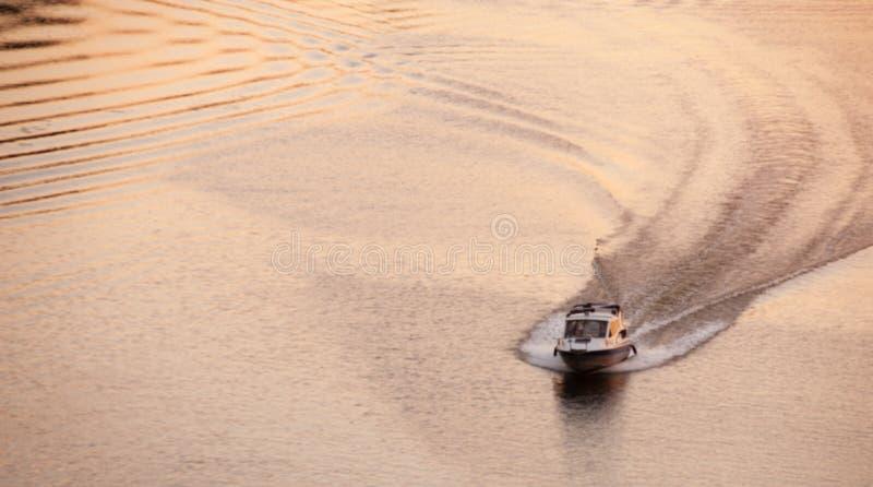 De motorboot drijft op een vlakke overzeese oppervlakte stock fotografie