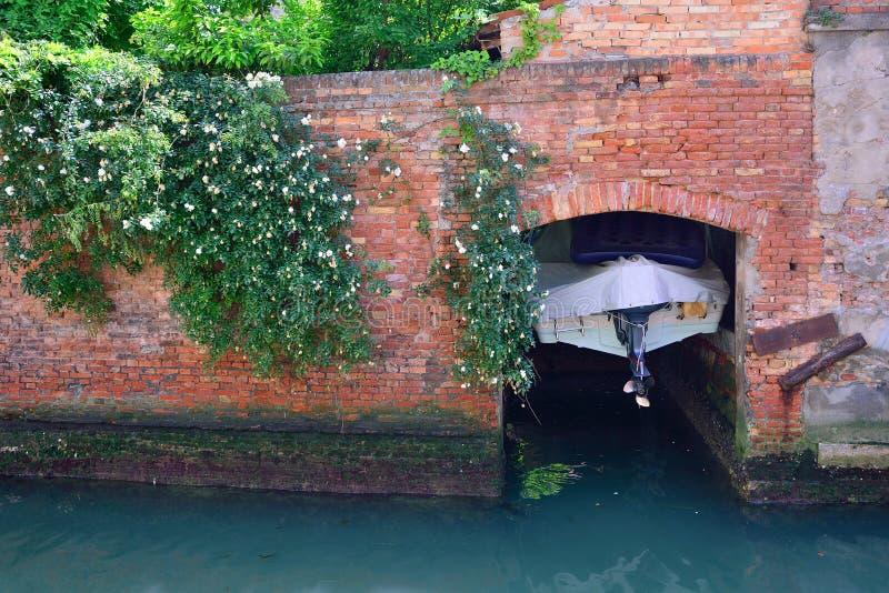 De motorboot is in de garage op één van de kanalen van Venetië stock foto's