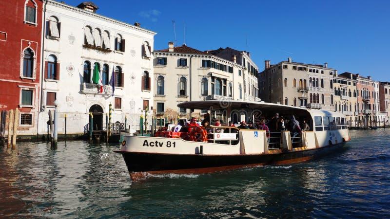 De motorboot vaart op Grand Canal in Venetië, Italië stock afbeelding
