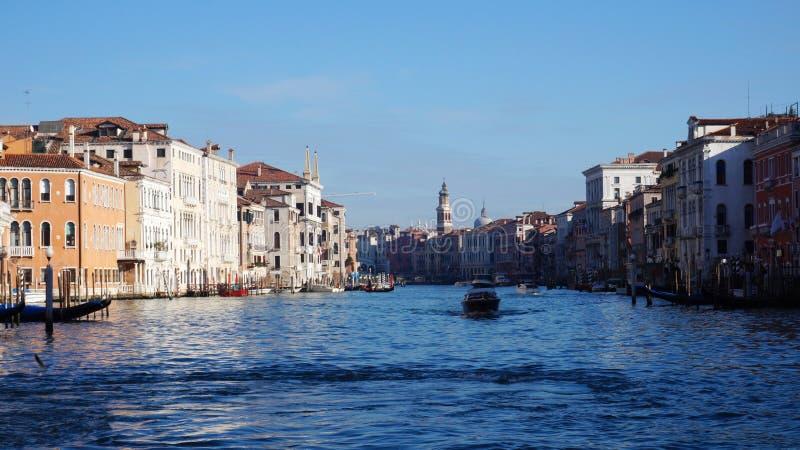 De motorboot vaart op Grand Canal in Venetië, Italië royalty-vrije stock foto