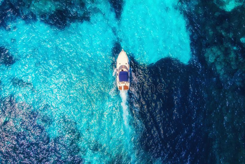 De motorboot van de luxesnelheid Duidelijk blauw turkoois water Lucht hoogste mening stock foto's