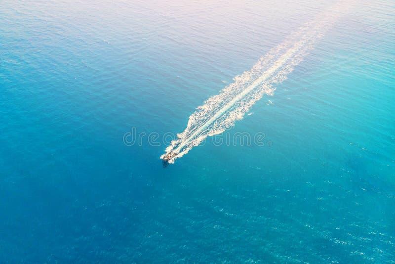 De motorboot van de luxesnelheid Duidelijk blauw turkoois water Lucht Mening royalty-vrije stock afbeeldingen