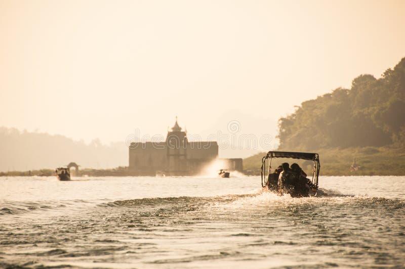 De motorboten leiden aan de tempel op eiland wordt gevestigd dat stock afbeelding